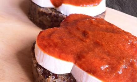Galettes de quinoa, chèvre frais et sauce aux tomates séchées