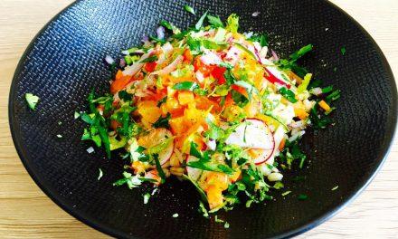 Salade colorée de légumes croquants et céréales