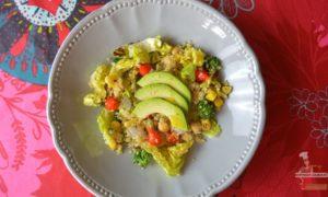 Salade composée au quinoa blanc, avocat, pois chiches, gouttes de poivrons