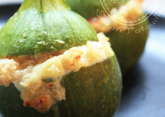 Zucchini stuffed with quinoa, tomato and goat cheese