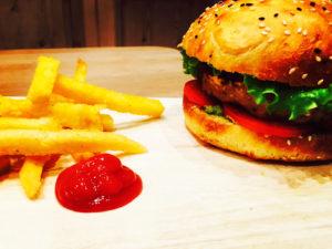 Burger-steak-lentilles-céréales-frites-de-polenta