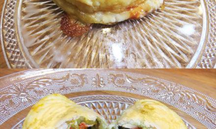 Mini calzones croustillantes de légume, compotée d'oignon, sauce tomate et fromage de chèvre
