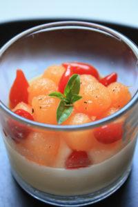 Panna cotta au chèvre et basilic, billes de melon et gouttes de poivrons