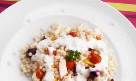 Salade de perles de couscous et sauce épicée au fromage frais