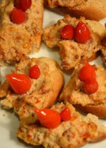 Tartinade de noix de cajou et tomates séchées, gouttes de poivron