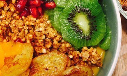 Breakfast bowl smoothie mangue et bananes caramélisées