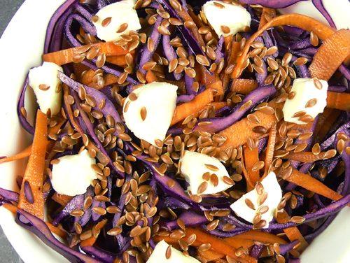 Salade printanière chou rouge, carotte, mozzarella végétale