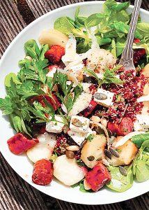 Salade de quinoa rouge, saucisses aux herbes, pêches plates et mâche aux herbes4