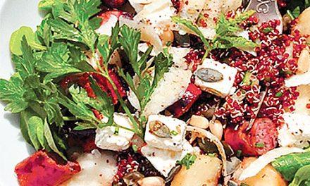Salade de quinoa rouge, saucisses végétales, pêches plates et mâche
