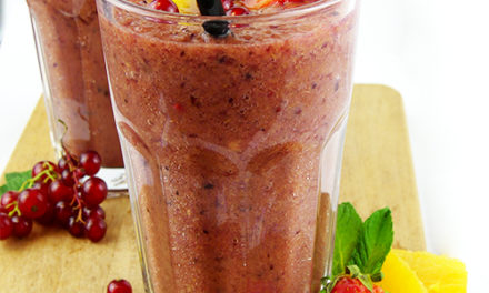 Smoothie bananes, oranges et fruits rouges